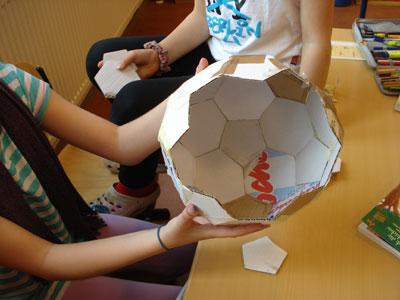 Weiß einer von euch, warum ein Lederfußball, der doch aus Fünf- und Sechsecken besteht, rund und nicht eckig ist?