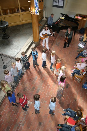 Die Gelben Kamuffel singen und tanzen für die Schulanfänger