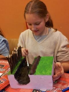 Sehr ausdauernd und geschickt ist aus den Modellen der Kinder eine lange Grenzanlage entstanden.