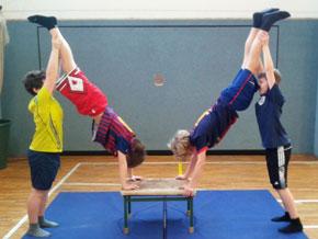 Im Rahmen des Sportunterrichtes probierte die sechste Klasse akrobatische Figuren aus.