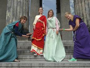 Wir haben uns mit den Kleidern der alten Griechen beschäftigt