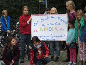 Als Vertreter der Schule übergaben die Orangen Leffumak nun vergangene Woche gemeinsam mit Wiebke Reinke und Karen Kleemann die Fahrräder